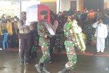 Wagub Papua Klemen Tinal dimakamkan secara militer di pemakaman Timika