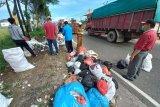 Sampah berbau busuk berserakan di Jalan Raya Bukittinggi-Payakumbuh, warga inisiatif lakukan pembersihan