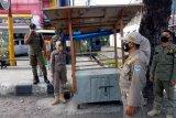 Satpol PP Mataram tertibkan lapak PKL gunakan badan jalan