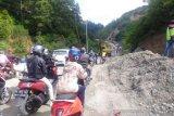 Alat berat singkirkan material longsor, jalan Padang-Solok Selatan terganggu