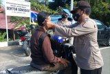 Ajak masyarakat disiplin Prokes, Polsek Senggigi bagi masker gratis