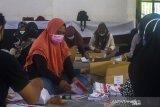 Petugas menyortir dan melipat surat suara pemilihan ulang Gubernur dan Wakil Gubernur Kalimantan Selatan di Gedung Wanita, Banjarmasin, Kalimantan Selatan, Rabu (26/5/2021). KPU Provinsi Kalsel telah mendistribusikan Sebanyak 273.543 lembar surat suara pemilihan ulang Gubernur dan Wakil Gubernur Kalsel ke wilayah yang menggelar pemungutan suara ulang (PSU) pascaputusan Mahkamah Konstitusi (MK) yang akan di selenggarakan pada 9 Juni 2021 nanti di tujuh kecamatan dari tiga Kabupaten/Kota di Provinsi Kalimantan Selatan. Foto Antaranews Kalsel/Bayu Pratama S.