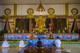 Umat Buddha memulai rangkaian upacara Tri Suci Waisak 2565 BE/2021 di Vihara Dhammasoka, Banjarmasin, Kalimantan Selatan, Rabu (26/5/2021). Pelaksanaan rangkaian hingga puncak upacara Tri Suci Waisak 2021 di vihara tersebut disiarkan secara online dan terbatas dengan menerapkan protokol kesehatan secara ketat untuk mencegah penyebaran COVID-19. Foto Antaranews Kalsel/Bayu Pratama S.