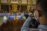 Umat Buddha memulai rangkaian upacara Trisuci Waisak 2565 BE/2021 yang disiarkan secara online di Vihara Dhammasoka, Banjarmasin, Kalimantan Selatan, Rabu (26/5/2021).Pelaksanaan rangkaian hingga puncak upacara Tri Suci Waisak 2021 di vihara tersebut disiarkan secara online dan terbatas dengan menerapkan protokol kesehatan secara ketat untuk mencegah penyebaran COVID-19. Foto Antaranews Kalsel/Bayu Pratama S.