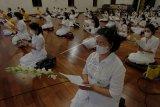 Umat Buddha melakukan puja bhakti dalam perayaan Hari Tri Suci Waisak di Vihara Buddha Sakyamuni, Denpasar, Bali, Rabu (26/5/2021). Puja Bhakti Hari Tri Suci Waisak 2565 BE/2021 di vihara tersebut digelar secara terbatas berjumlah 60 orang dan menerapkan protokol kesehatan sedangkan umat Buddha lainnya melaksanakan ibadah dengan mengikuti siaran live streaming dari rumah masing-masing. ANTARA FOTO/Nyoman Hendra Wibowo/nym.