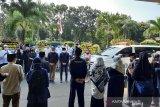 Pelepasan dan penghormatan terakhir Rektor Universitas Pancasila Prof. Wahono Sumaryono di depan Rektorat UP, sebelum di makamkan di Srenseng Sawah Jakarta Selatan, Rabu (26/5). (Antara/Feru Lantara).