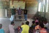 Prajurit Koramil Napan bagikan pakaian ke warga asli Papua di pedalaman