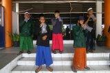Sejumlah santri asal Kalbar meniupkan nafas ke dalam kantong saat menjalani tes deteksi COVID-19 dengan metode GeNose C19 sebelum berangkat di Pelabuhan Dwikora, Pontianak, Kalimantan Barat, Rabu (26/5/2021). Pemerintah Provinsi Kalbar memberikan pelayanan tes GeNose C19 gratis bagi 175 santri asal Kalbar yang akan kembali ke pondok pesantren di Jawa Timur untuk menempuh pendidikan dengan menggunakan kapal. ANTARA FOTO/Jessica Helena Wuysang