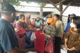 Dinas Sosial Mataram membantu warga yang rumahnya rusak akibat banjir rob