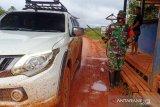 Babinsa Boven Digoel semprot disinfektan kendaraan cegah COVID-19