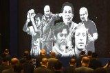 Sejumlah foto tokoh sepak bola Indonesia yang telah wafat ditampilkan saat berlangsungnya Kongres PSSI 2021 di Jakarta, Sabtu (29/5/2021). Kongres tersebut membahas persiapan timnas Indonesia, Liga Indonesia, perubahan nama klub serta pengesahan anggota baru. ANTARA FOTO/Akbar Nugroho Gumay/nym.