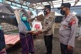 Sat Binmas Salurkan paket sembako kepada warga terdampak banjir rob