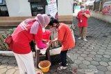 PMI Cisarua, Jawa Barat memberikan edukasi mengenai pentingnya mencuci tangan kepada seorang anak demi memutus rantai penyebaran COVID-19. (Antara/HO/PMI/IFRC).