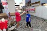 PMI Cisarua, Jawa Barat lakukan pengukuran suhu kepada seorang anak demi memutus rantai penyebaran COVID-19. (Antara/HO/PMI/IFRC).