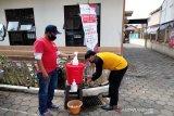 PMI Cisarua, Jawa Barat memberikan edukasi mengenai pentingnya mencuci tangan kepada warga demi memutus rantai penyebaran COVID-19. (Antara/HO/PMI/IFRC).