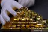 Harga  emas jatuh tertekan dolar yang lebih kuat jelang data inflasi AS