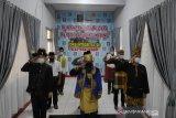 Mengenakan pakaian adat nasional, sembilan staf Rutan Kelas IIB Lubuk Sikaping upacara hari lahir Pancasila