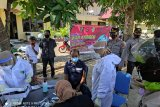 Tes swab antigen secara acak sasar pengguna jalan di depan Mako Polres Bima Kabupaten