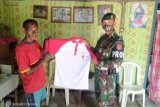 Peringati Hari Pancasila Satgas Pamtas RI-Timor Leste bagi kaos Merah-Putih