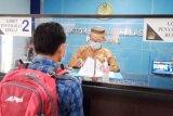 Petugas Imigrasi Parepare kenakan pakaian adat Nusantara saat berikan layanan