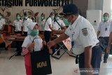 Hari Lahir Pancasila, KAI Purwokerto bagikan suvenir kepada calon penumpang