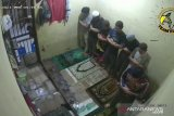 Tujuh tahanan shalat subuh berjamaah dalam sel, terekam CCTV jadi viral, warganet terharu dan teteskan air mata