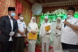 Bupati Pasaman-Kepala KUA Lubuk Sikaping luncurkan kartu nikah digital perdana di pernikahan