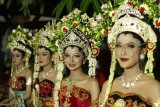 Model mengenakan busana pengantin pada Festival Pengantin Osing di Banyuwangi, Jawa Timur, Rabu (2/6/2021). Festival pengantin khas Banyuwangi dengan tema Mupus Braen Blambangan itu digelar sebagai upaya mengenalkan keragaman pakaian adat daerah ke tingkat nasional. ANTARA FOTO/Budi Candra Setya/nym.