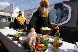Ibu-ibu PKK memasak dengan bahan jantung pisang di Singolatren, Singojuruh, Banyuwangi, Jawa Timur, Rabu (2/6/2021). Untuk memperingati Hari lahir Pancasila ibu-ibu PKK menggelar masak bersama dengan resep warisan Bung Karno. Antara Jatim/Budi Candra Setya/zk