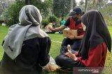 Relawan PMI Sidoarjo yang tergabung dalam Korps Sukarela (KSR) PMI Kabupaten Sidoarjo mengadakan kegiatan promosi edukasi kesehatan membagikan 1000 masker dan sabun untuk menjaga kesehatan di Alun-alun Kabupaten Sidoarjo, Minggu (30/5/2021). (Antara/HO/PMI/IFRC).