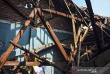 Pemilik rumah membersihkan reruntuhan puing bangunan yang roboh di Dusun Lembur Balong, Kabupaten Ciamis, Jawa Barat, Rabu (2/6/2021). Curah hujan yang tinggi di daerah Ciamis mengakibatkan sebuah rumah roboh, tidak ada korban jiwa dalam peristiwa tersebut, hanya satu keluarga yang tinggal di rumah itu terpaksa mengungsi ke tempat tinggal keluarganya. ANTARA JABAR/Adeng Bustomi/agr