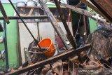 Pemilik rumah membersihkan reruntuhan puing bangunan yang roboh di Dusun Lembur Balong, Ciamis, Jawa Barat, Rabu (2/6/2021). Curah hujan yang tinggi di daerah Ciamis mengakibatkan sebuah rumah roboh, tidak ada korban jiwa dalam peristiwa tersebut, hanya satu keluarga yang tinggal di rumah itu terpaksa mengungsi ke tempat tinggal keluarganya. ANTARA JABAR/Adeng Bustomi/agr