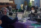 Petugas memasukkan data anggota Kelompok Pemungutan Suara (KPPS) sebelum menjalani pemeriksaan rapid test antigen di Kantor Kecamatan Banjarmasin Selatan, Banjarmasin, Kalimantan Selatan, Rabu (2/6/2021). Pada H-7 pelaksanaan Pemungutan Suara Ulang (PSU) pada 9 Juni 2021, KPU dan Bawaslu melakukan tes COVID-19 kepada 3.106 petugas di wilayah Banjarmasin Selatan yang akan bertugas saat PSU nanti. Foto Antaranews Kalsel/Bayu Pratama S.