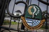 GEDUNG SATE KEMBALI DITUTUP. Suasana halaman Gedung Sate di Bandung, Jawa Barat, Kamis (3/6/2021). Gedung Sate yang menjadi pusat pemerintahan Provinsi Jawa Barat kembali ditutup hingga 9 Juni 2021 setelah 31 orang ASN dinyatakan terpapar COVID-19 dari hasil tes massal beberapa waktu lalu. ANTARA JABAR/Raisan Al Farisi/agr