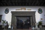 GEDUNG SATE KEMBALI DITUTUP. Petugas keamanan mengunci pintu utama Gedung Sate, Bandung, Jawa Barat, Kamis (3/6/2021). Gedung Sate yang menjadi pusat pemerintahan Provinsi Jawa Barat kembali ditutup hingga 9 Juni 2021 setelah 31 orang ASN dinyatakan terpapar COVID-19 dari hasil tes massal beberapa waktu lalu. ANTARA JABAR/Raisan Al Farisi/agr