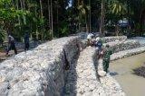 Babinsa bantu pasang Bronjong di sungai Roipi Yapen mencegah banjir