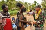 TNI bakti sosial bagi sembako di kampung Yakyu Merauke