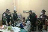 Satgas TNI donor darah membantu anak korban kecelakaan motor di Abepura