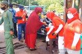Relawan SIBAT PMI berikan edukasi cara mencuci tangan yang benar demi memutus rantai penyebaran COVID-19 di Cisarua, Bogor.(Antara/HO/PMI/IFRC).
