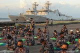 Sejumlah prajurit TNI Angkatan Laut  menghadiri doa bersama di Koarmada II, Surabaya, Jawa Timur, Kamis (3/6/2021). Doa bersama tersebut untuk mengenang 40 hari gugurnya 53 kru KRI Nanggala-402. Antara Jatim/Didik Suhartono/zk