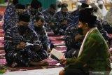 Kepala Staf Angkatan Laut Laksamana TNI Yudo Margono (kiri) bersama prajurit TNI Angkatan Laut dan keluarga kru KRI Nanggala-402 berdoa bersama di Koarmada II, Surabaya, Jawa Timur, Kamis (3/6/2021). Doa bersama tersebut untuk mengenang 40 hari gugurnya 53 kru KRI Nanggala-402. Antara Jatim/Didik Suhartono/zk
