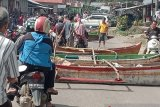 Penambatan dipagar, nelayan blokir jalan dengan perahu di Gunungsitoli