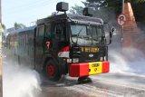 Mobil water canon polisi bantu  penyemprotan disinfektan cegah COVID-19