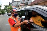 Seorang juru parkir memberikan tiket parkir yang dihitung secara digital menggunakan alat khusus di daerah Urimessing Kota Ambon, Provinsi Maluku, Jumat (4/6/2021). Pemkot Ambon mulai memberlakukan tarif progresif parkir kendaraan bermotor di pinggir jalan sehingga juru pakir dilengkapi alat digital untuk menghitung tarif parkir, agar pencatatan pendapatan parkir bisa lebih akurat dan transparan.  (ANTARA FOTO/FB ANGGORO)