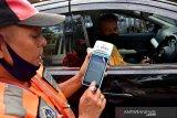 Seorang juru parkir menghitung tarif parkir dengan alat digital di daerah Urimessing Kota Ambon, Provinsi Maluku, Jumat (4/6/2021). Pemkot Ambon mulai memberlakukan tarif progresif parkir kendaraan bermotor di pinggir jalan sehingga juru pakir dilengkapi alat digital untuk menghitung tarif parkir, agar pencatatan pendapatan parkir bisa lebih akurat dan transparan. (ANTARA FOTO/FB ANGGORO)
