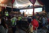 Petugas bubarkan pagelaran  wayang hingga tengah malam di hajatan kepala desa