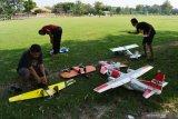 Anggota komunitas pehobi aeromodelling mempersiapkan pesawat aeromodelling sebelum diterbangkan di lapangan Grobogan, Jiwan Kabupaten Madiun, Jawa Timur, Minggu (6/6/2021). Puluhan pehobi aeromodelling dari Kota Madiun, Kabupaten Madiun dan Magetan melakukan latihan bersama di kawasan tersebut guna meningkatkan keterampilan mengoperasikan pesawat aeromodelling. Antara Jatim/Siswowidodo/zk