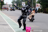 Perantau asal Ujung Kulon Muhammad (49 tahun) mengenakan kostum 'Iron Man' saat beratraksi di pinggiran Jalan Ahmad Yani Pontianak, Kalimantan Barat, Minggu (6/6/2021). Beratraksi dengan menggunakan kostum super hero 'Iron Man' di jalanan tersebut dilakukan Muhammad guna menghibur warga yang melintas. ANTARA FOTO/Jessica Helena Wuysang