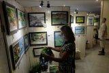 Warga negara asing mengunjungi pameran lukisan dan produk ramah lingkungan bertema