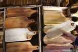 Pekerja menata hiasan dinding buatannya dengan memadukan keunikan serat kayu dan teknik cetak digital untuk memenuhi permintaan di pasar ekspor serta domestik di rumah produksi Wooden Project, Malang, Jawa Timur, Senin (7/6/2021). Pengusaha hiasan dinding setempat menggenjot produksi dari 500 buah menjadi 5000 buah per hari untuk mengatasi permintaan yang naik saat momentum hari belanja daring nasional. Antara Jatim/Ari Bowo Sucipto/zk